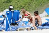 th_44930_Fergie_celebutopia.net_4165_122_225lo - Fergie, atomique en bikini à la plage !