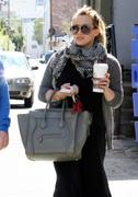 http://img212.imagevenue.com/loc711/th_988201371_Hilary_Duff_has_coffee_date_with_friend_in_Studio_City23_122_711lo.JPG