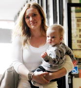 http://img212.imagevenue.com/loc827/th_907255651_Hilary_Duff_heads_to_Babies_First_Class9_122_827lo.jpg