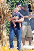 http://img212.imagevenue.com/loc837/th_027793486_Hilary_Duff_MrBones_Pumpkin_Patch22_122_837lo.jpg