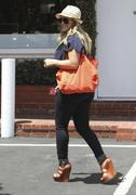 http://img212.imagevenue.com/loc855/th_681042423_Hilary_Duff_Fred_Segal_West_Hollywood6_122_855lo.jpg
