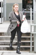 http://img212.imagevenue.com/loc991/th_344416635_Hilary_Duff_at_Zankou_Chicken33_122_991lo.JPG